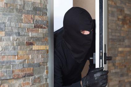 Schwarz maskierter Einbrecher